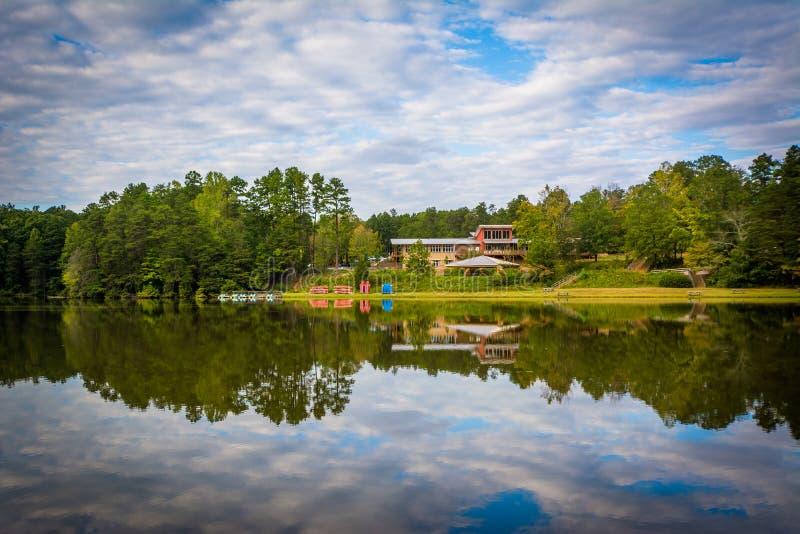 Härliga reflexioner på sjön Norman State Park, North Carolina royaltyfri fotografi