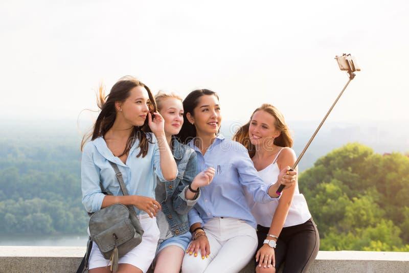 Härliga roliga flickvänner gör selfies i bergen på bakgrunden av naturen lopp sommar, helg arkivbild
