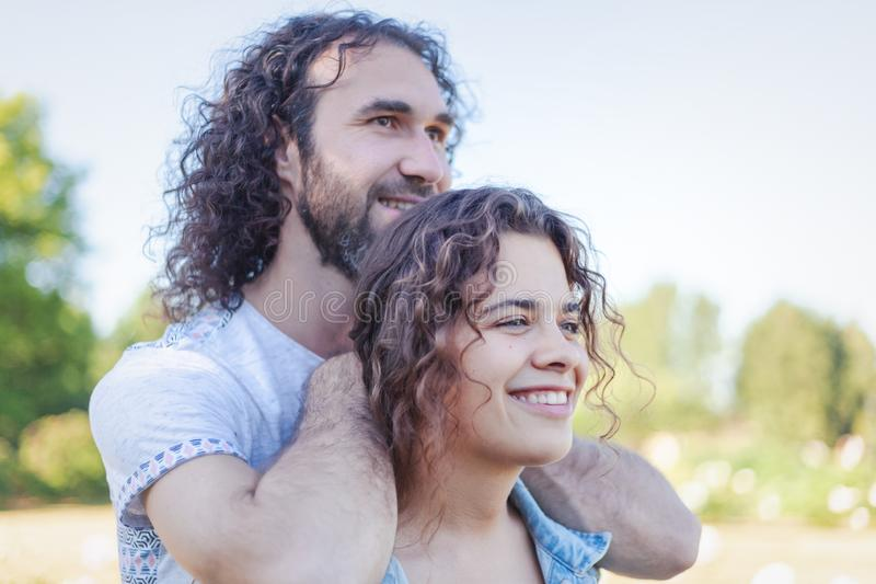 Härliga romantiska lockiga unga par i den sommarträdgården, förälskelsen och mjukheten royaltyfria foton