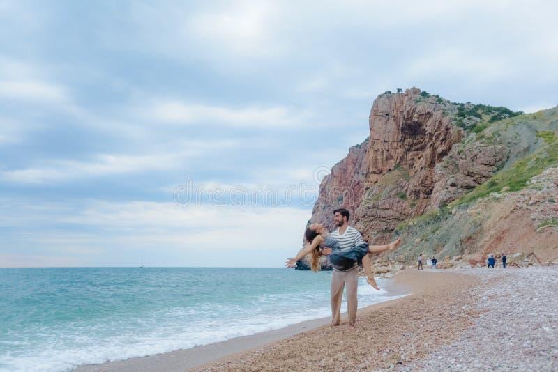 Härliga romantiska par på en strand royaltyfria bilder
