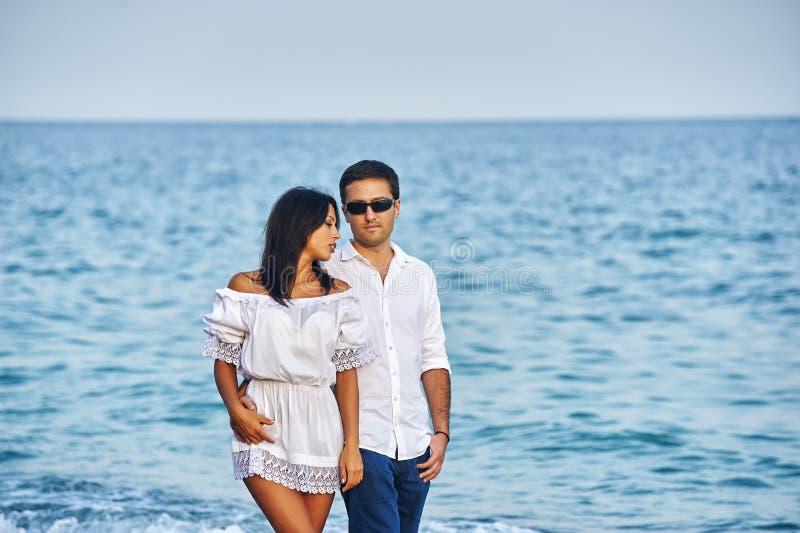 Härliga romantiska par på havskusten arkivbild