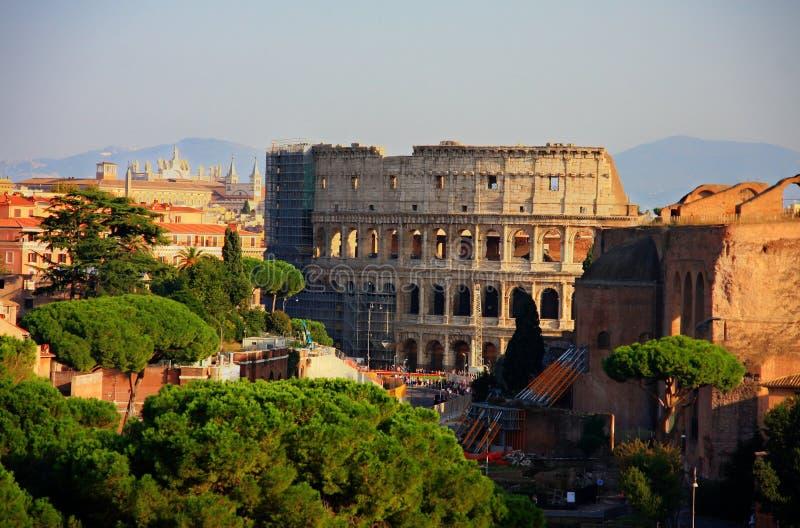 Härliga Rome med coloseum i mitten royaltyfri bild