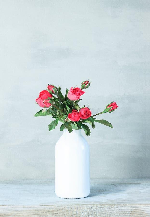 Härliga rosa blommor i vas på grå bakgrund med kopieringsutrymme Stilleben med vårblommor royaltyfria bilder