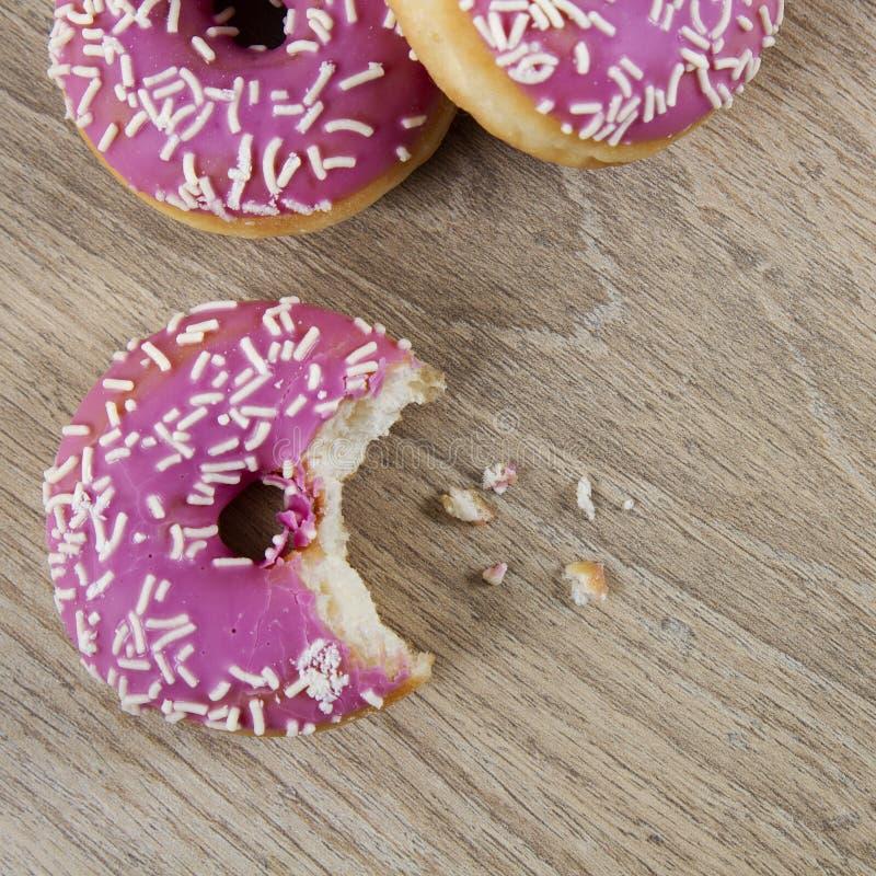 Härliga rosa donuts arkivbild