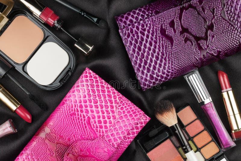 Härliga rosa färg- och lilapåsar bland skönhetsmedel arkivbilder