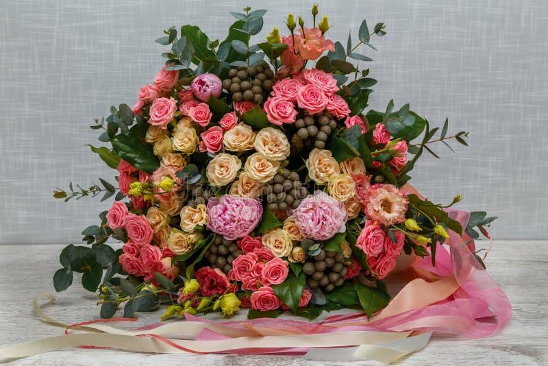 Härliga rosa och vita rosor royaltyfri foto
