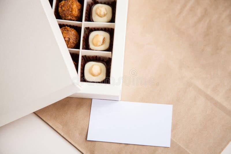 Härliga sötsaker i gåvaasken arkivfoton