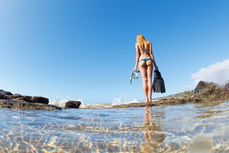 Härliga sexiga kvinnliga Snorkeler royaltyfria bilder