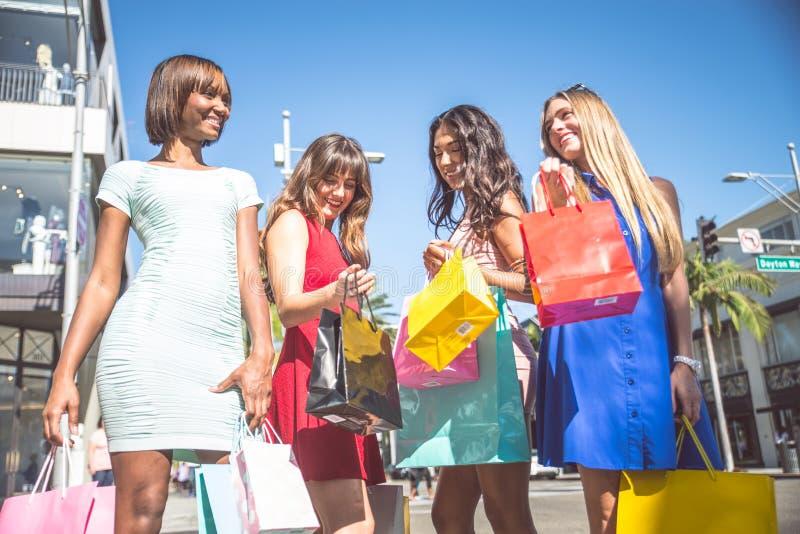 härliga shoppingkvinnor royaltyfri fotografi