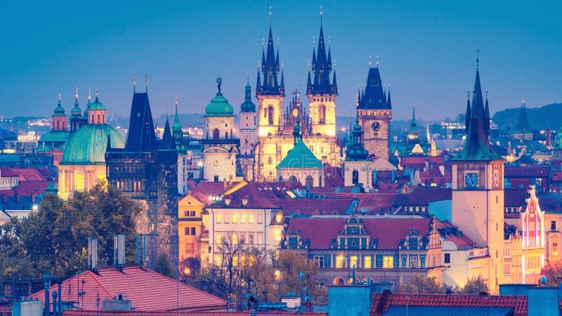 härliga sikter av Prague& x27; s-torn och tak royaltyfri bild