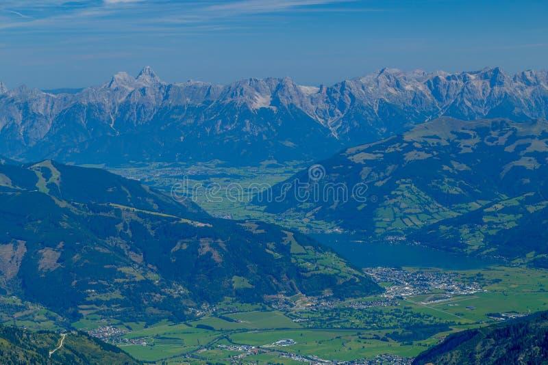 Härliga sikter av Zell f.m. ser och kraftfullen och de avlägsna alpina maxima arkivbild