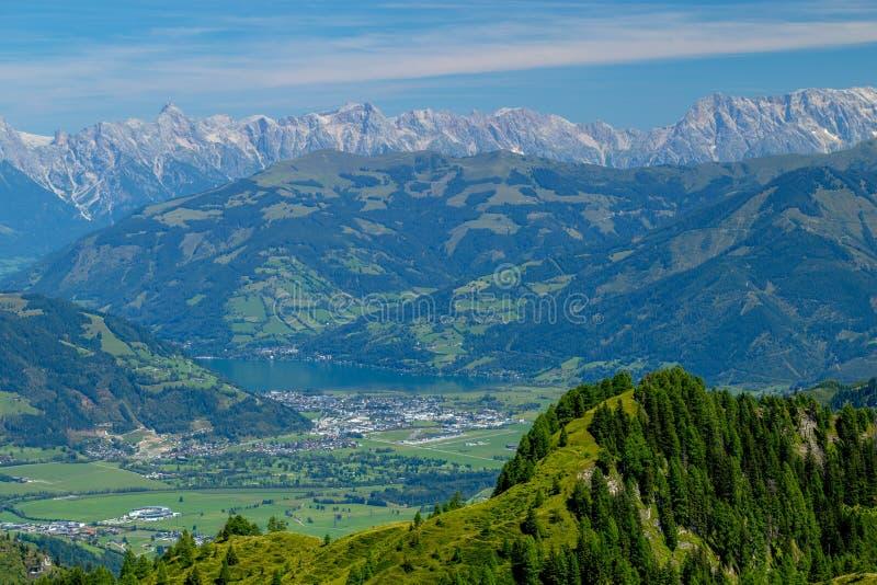 Härliga sikter av Zell f.m. ser och kraftfullen och de avlägsna alpina maxima fotografering för bildbyråer