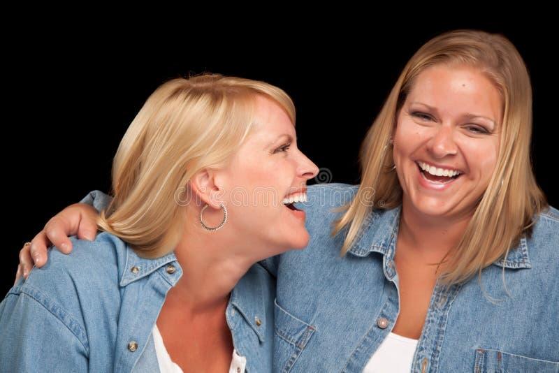 härliga skratta systrar två arkivfoto