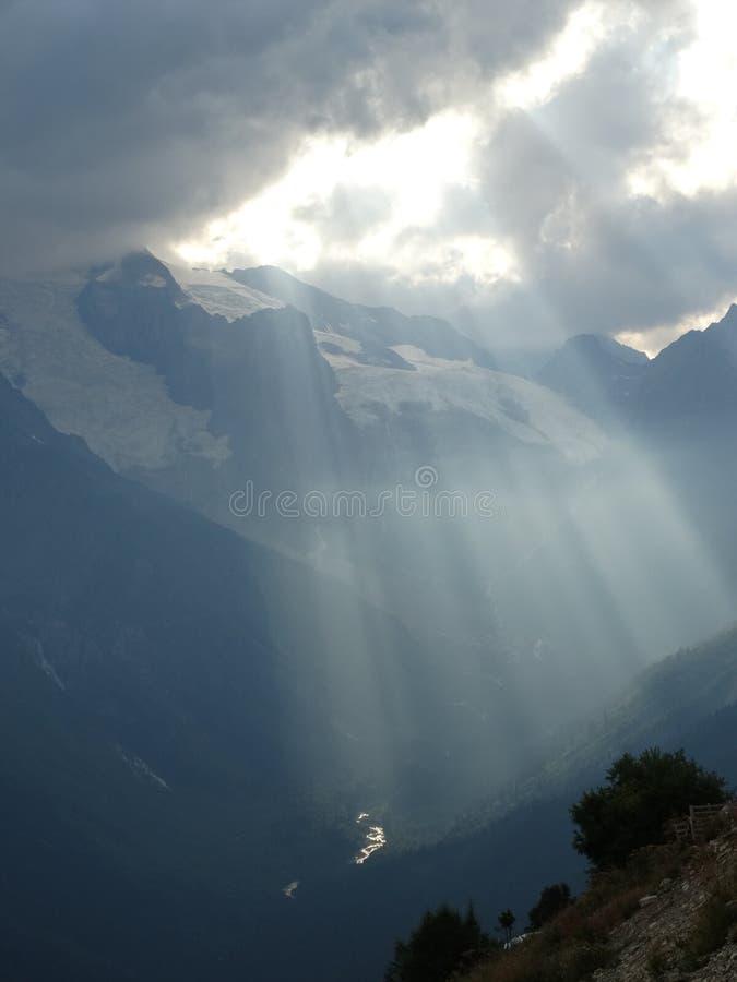 Härliga skyes ovanför berget royaltyfri fotografi