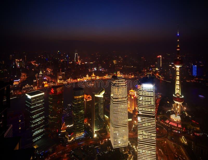 Härliga skyskrapor, byggnad för nattsiktsstad av Pudong, Shanghai, Kina royaltyfri foto