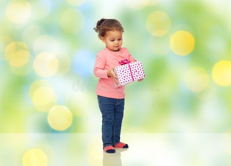Härliga små behandla som ett barn flickan med födelsedaggåva royaltyfri fotografi