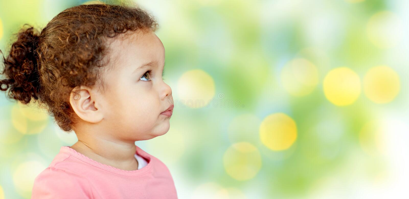 Härliga små behandla som ett barn flickaståenden arkivbild