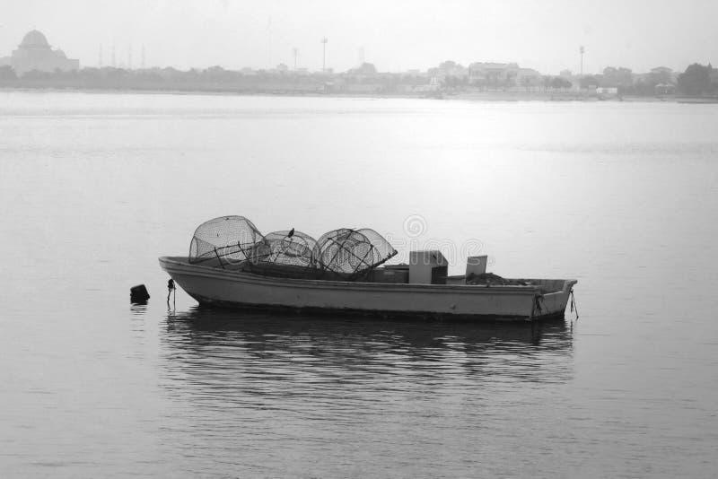Härliga små motoriska fartyg på stranden, ARABISKA EMIRATER för DUBAI-UNITED PÅ 21 JUNI 2017 Svartvit bild arkivfoton