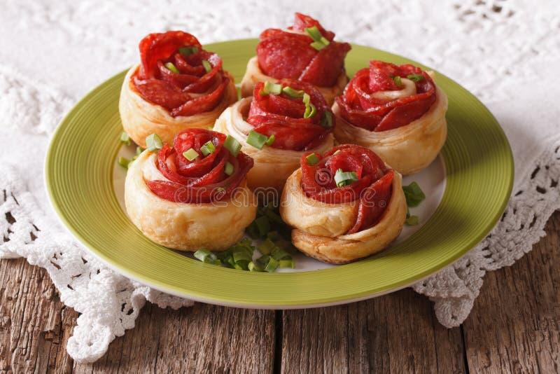 Härliga smörgåsar med salami och ost på en platta horizont royaltyfria bilder