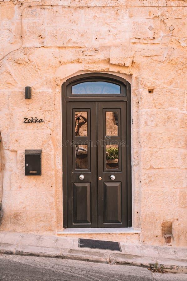 Härliga smala gator av Valletta den gamla staden på Malta fotografering för bildbyråer