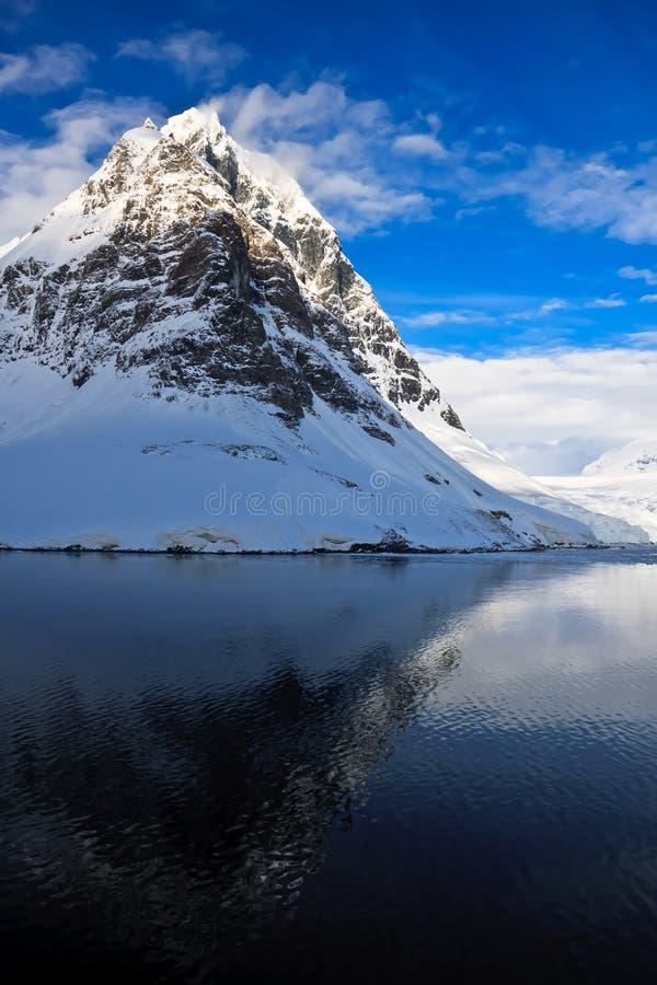 Härliga snö-korkade berg royaltyfri fotografi