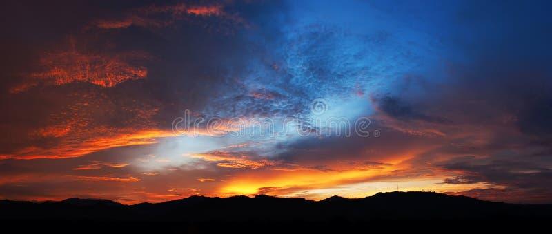 Härliga solnedgångfärger royaltyfria foton