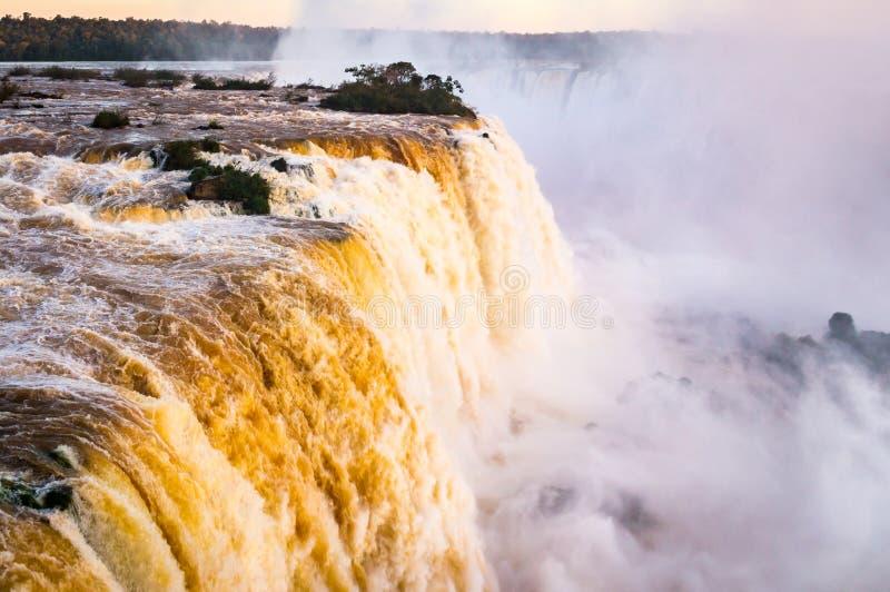 Härliga solnedgångfärger på Cataratas gör Iguacu på Iguazu Falls, Foz gör Iguacu, den Parana staten, Brasilien royaltyfria foton