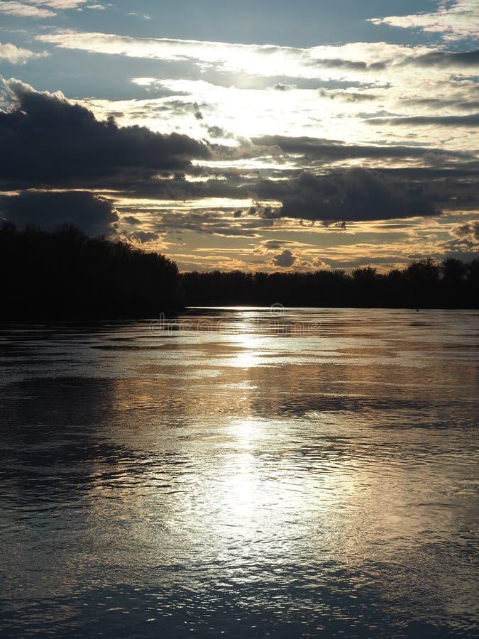 Härliga solnedgångfärger under floden royaltyfri foto