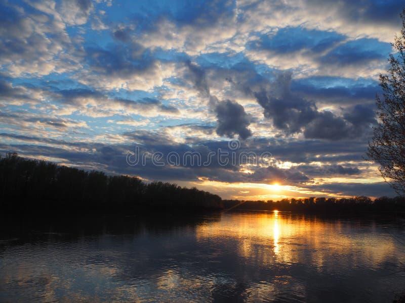 Härliga solnedgångfärger under floden arkivfoto