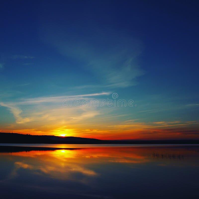 Härliga solnedgångfärger under sjön royaltyfri foto