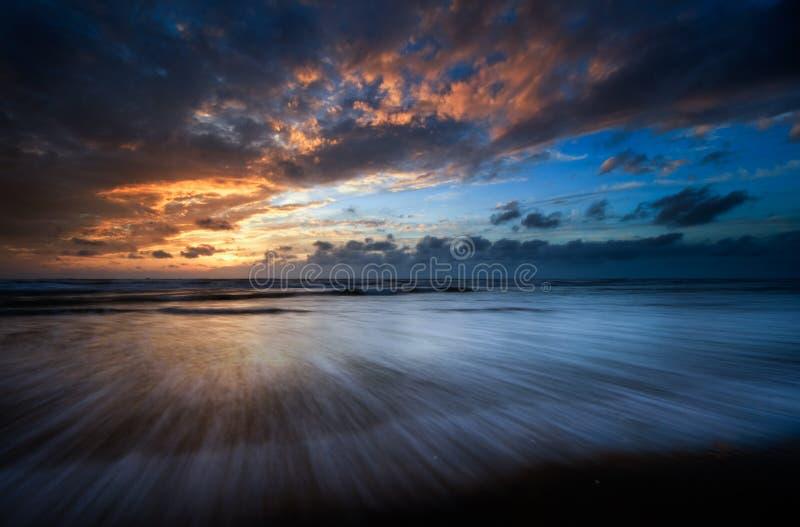 härliga solnedgångwaves arkivfoto