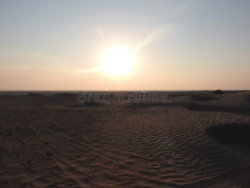 Härliga soluppgång- och sanddyn i den Sahara öknen, Afrika arkivfoton