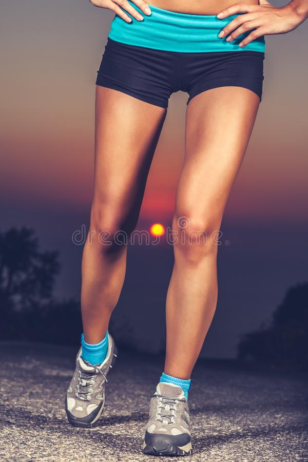 Härliga sportive kvinnors ben royaltyfri bild