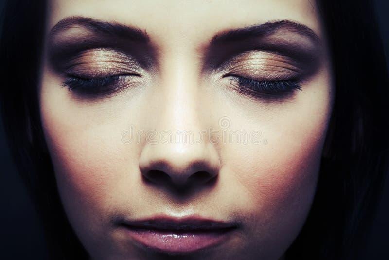 Härliga stängda kvinnaögon fotografering för bildbyråer