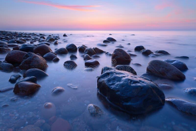 Härliga stenar i havet De Östersjön coasna royaltyfri fotografi