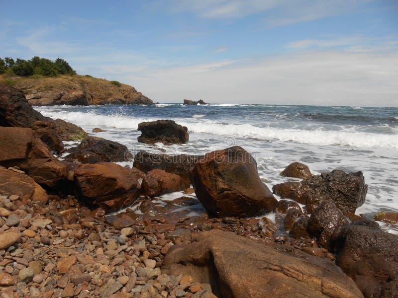 Härliga stenar och hav för havskust arkivfoto