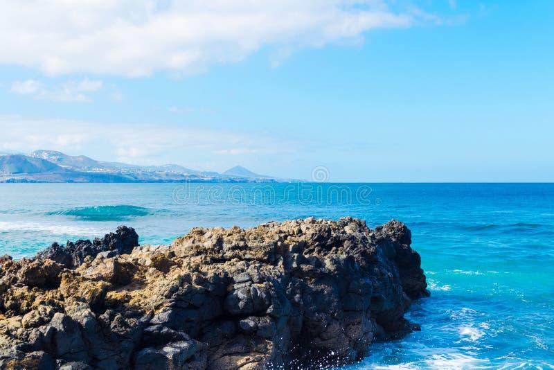 Härliga stenar på havet mot den blåa skyen avkoppling Semesterresor seascape royaltyfria bilder