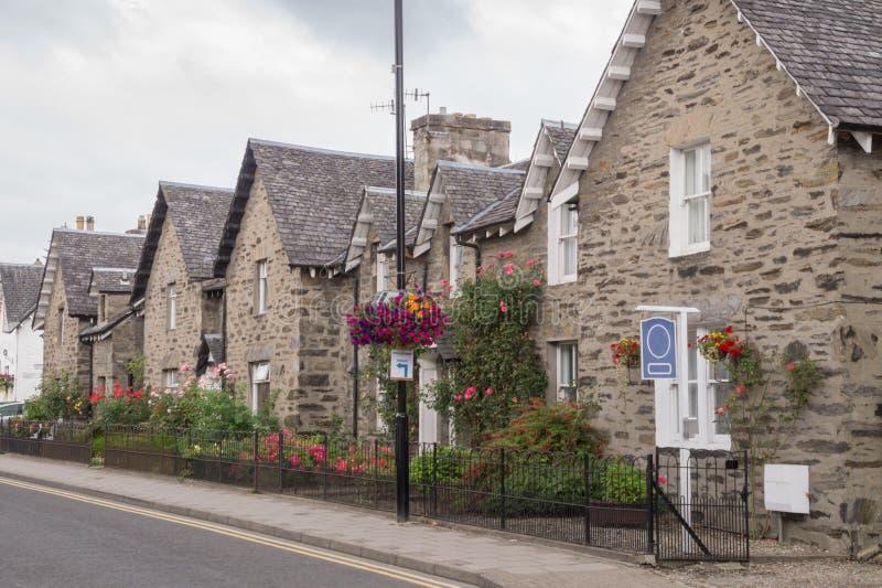 Härliga stenblockhus i den huvudsakliga gatan av Pitlochry, Skottland royaltyfria bilder
