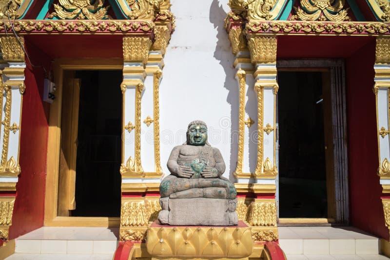 Härliga stencarvings av Buddhastatyn som framme lokaliseras av kyrkan royaltyfria bilder