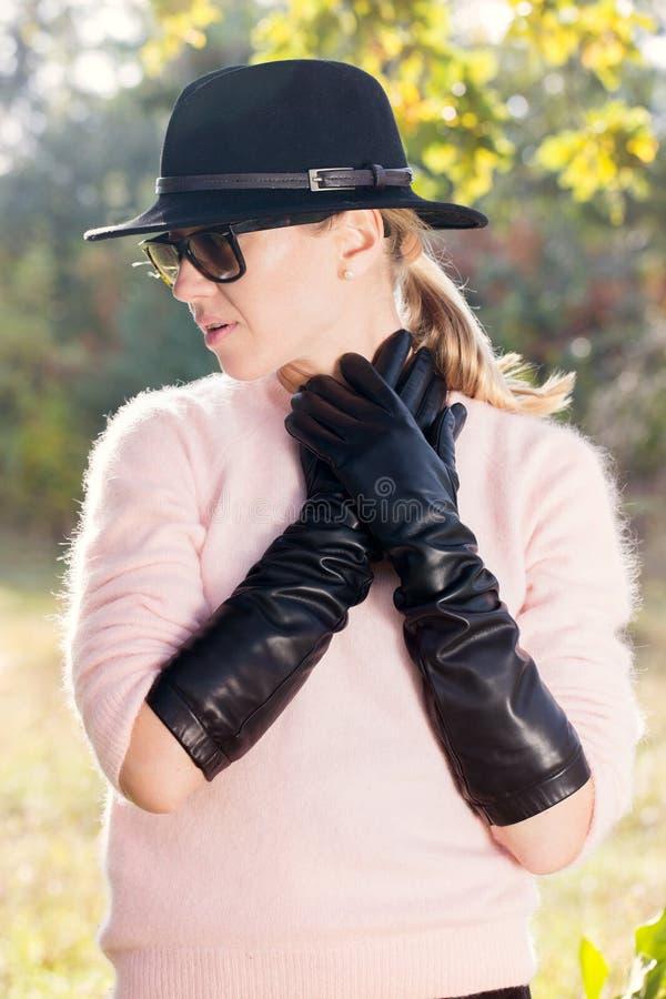 Härliga stilfulla handskar royaltyfria foton