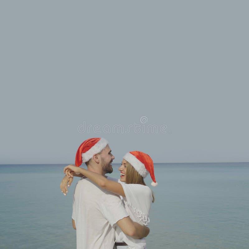Härliga strandpar för jul royaltyfri fotografi