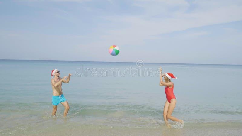 Härliga strandpar för jul royaltyfri foto