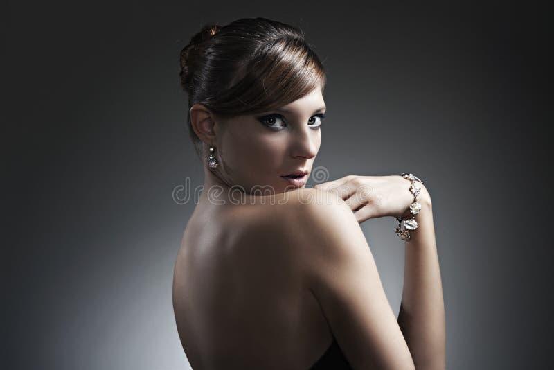 härliga svarta klänningflickasmycken royaltyfri fotografi