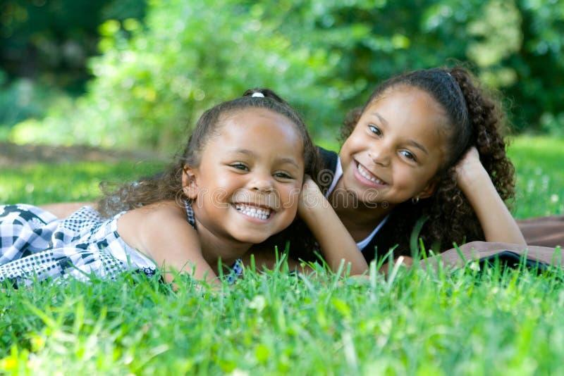 härliga systrar två för blandad race arkivfoton