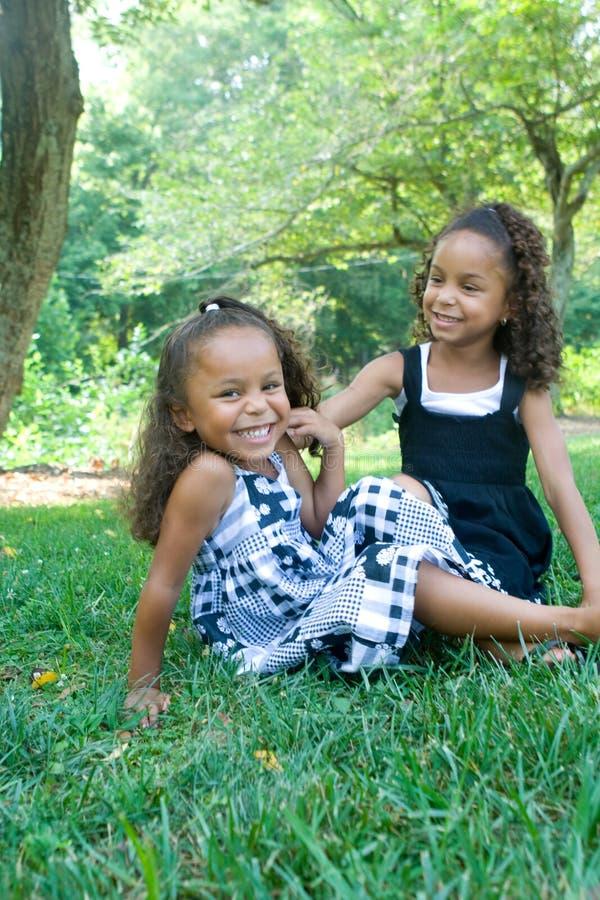 härliga systrar två för blandad race royaltyfria bilder