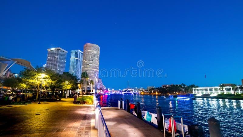 Härliga Tampa Riverwalk på natten royaltyfria foton