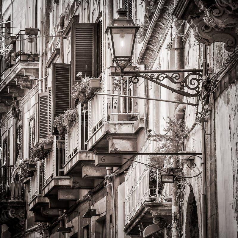 Härliga tappningbalkonger och gatalampa i gammalt medelhavs- fotografering för bildbyråer