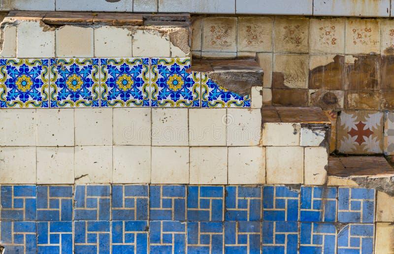 Härliga tegelplattor dekorerar väggar i den gamla havannacigarren, Kuba royaltyfri fotografi