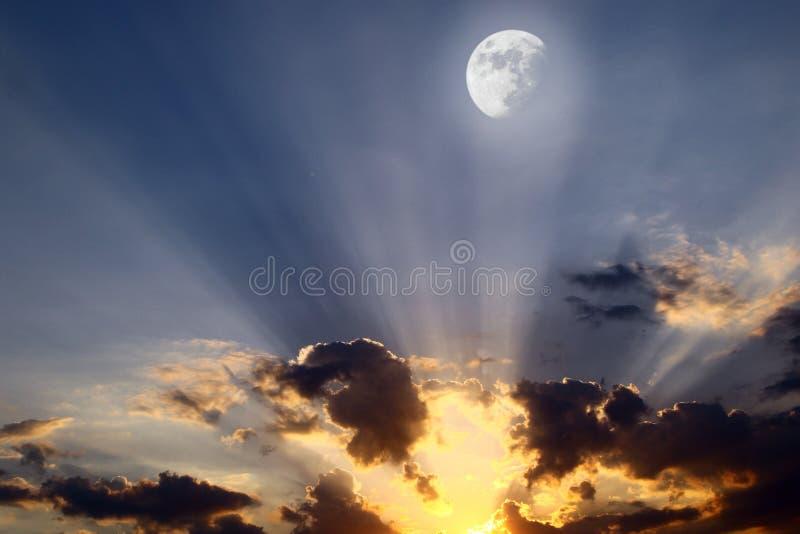 Härliga tonade solnedgång- eller soluppgångmoln i himlen för att använda i design som bakgrund royaltyfria bilder