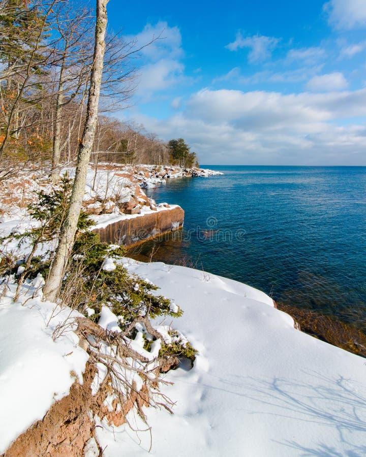 Härliga träd och Lake Superior kustlinje i förkylningen och snö på den stora fjärddelstatsparken - Madeline Island i nordliga Wis arkivfoton